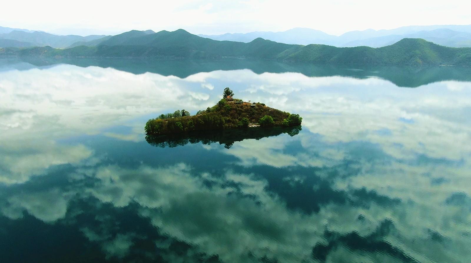 天堂的样子-创意航拍泸沽湖.jpg