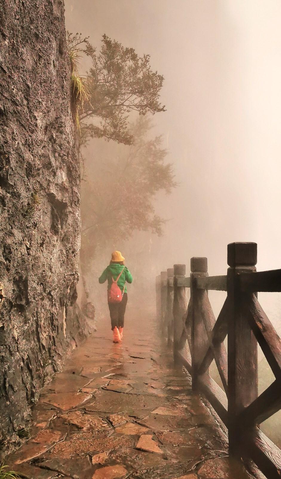 《雾中龙岗》.jpg