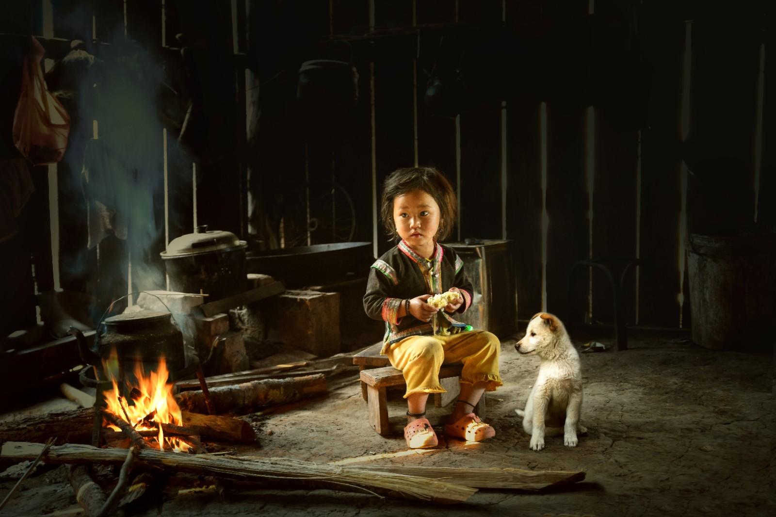 第九届土耳其阿尔贝拉国际摄影大赛铜奖《女孩与狗》.jpg